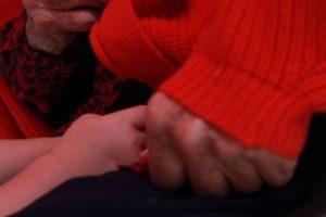 Main d'enfant dans la main de sa grand-mère.