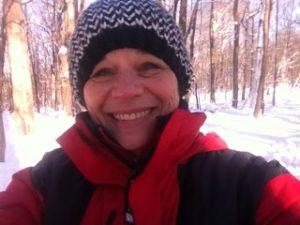 Claudie souriante dans un paysage d'hiver.