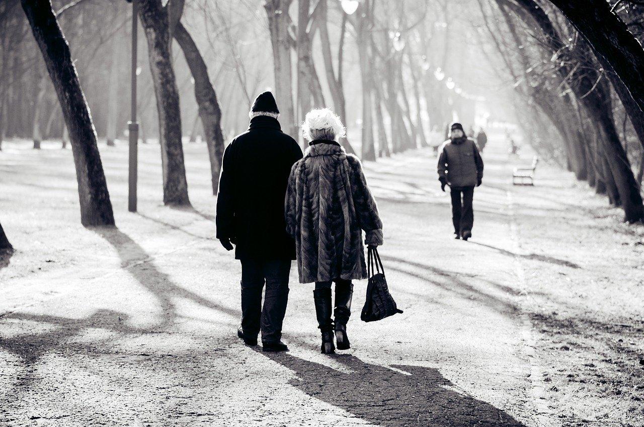 couple qui marche sur chemin de neige.