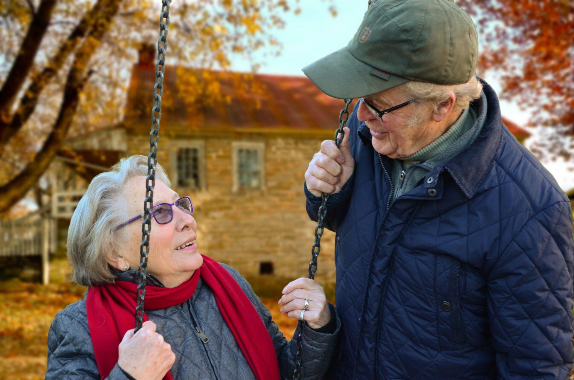 femme et homme âgées se regardant.