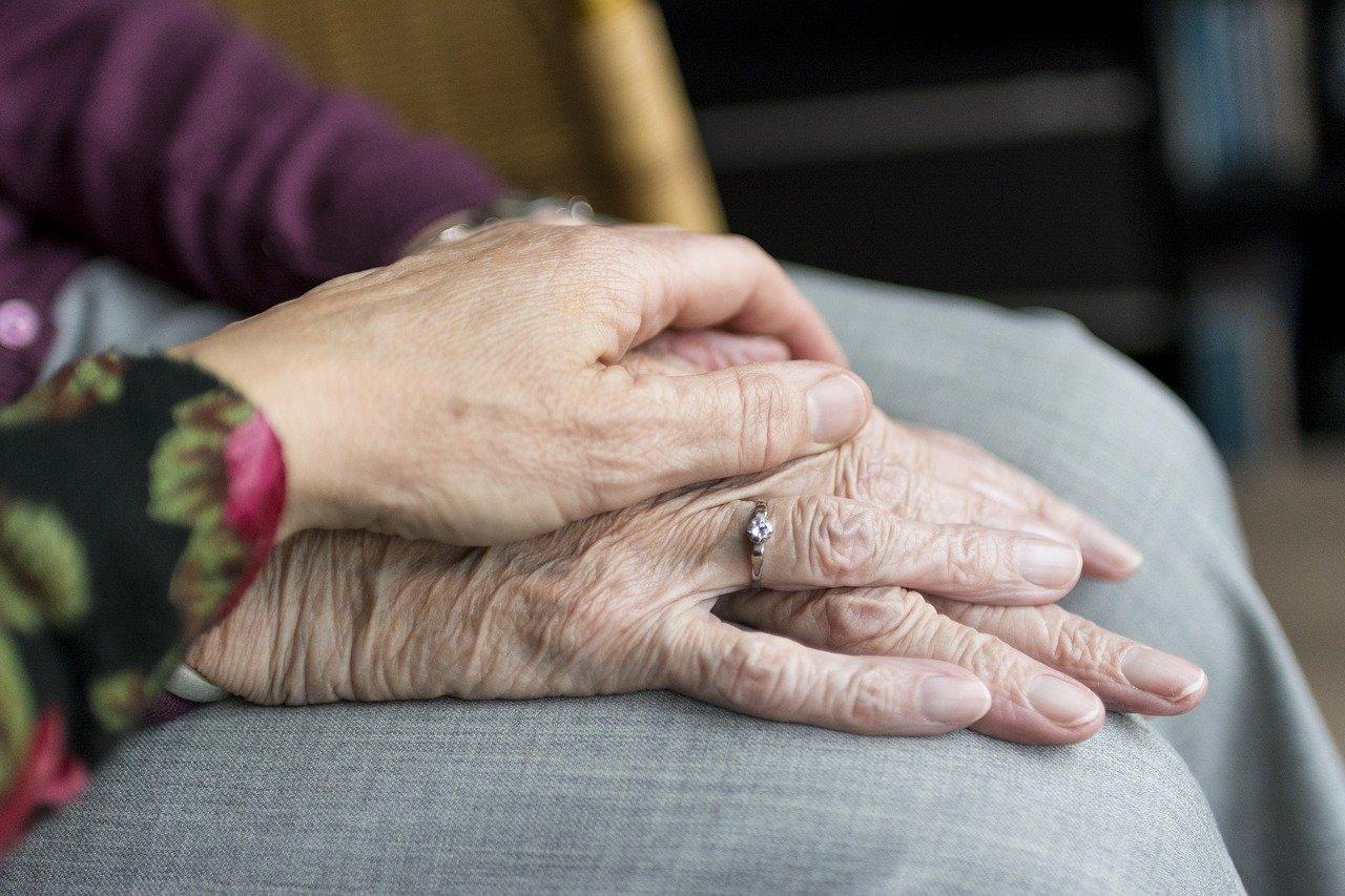 Main déposée sur une autre main.