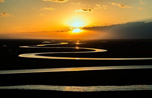 Rivière en serpentin au coucher du soleil.